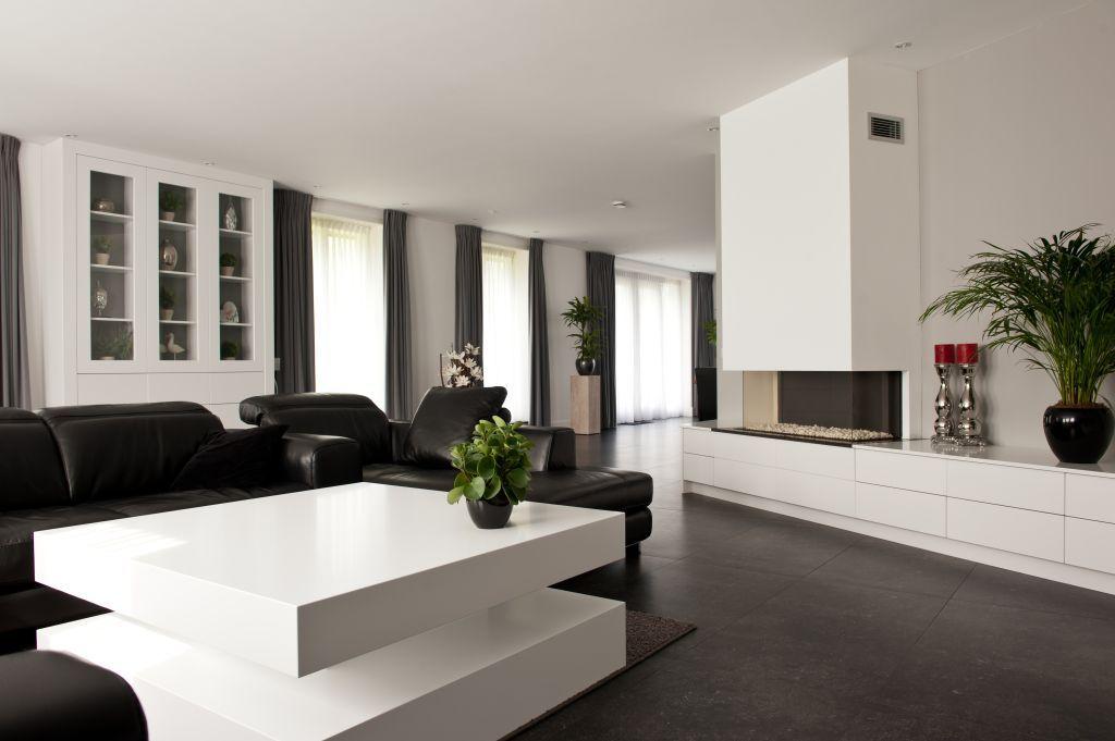 een modern en strak interieur met kastenwand eettafel salontafel of keuken door de
