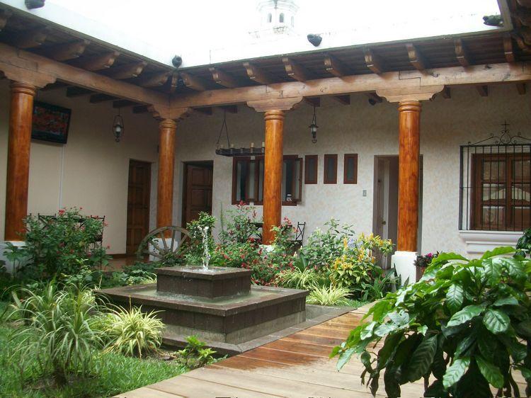 Casa ideal para negocio en el coraz n de antigua for Patios de casas modernas
