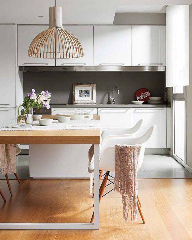Cocina con encimera mesa de comedor y sillas daw eames for Sillas comedor respaldo bajo