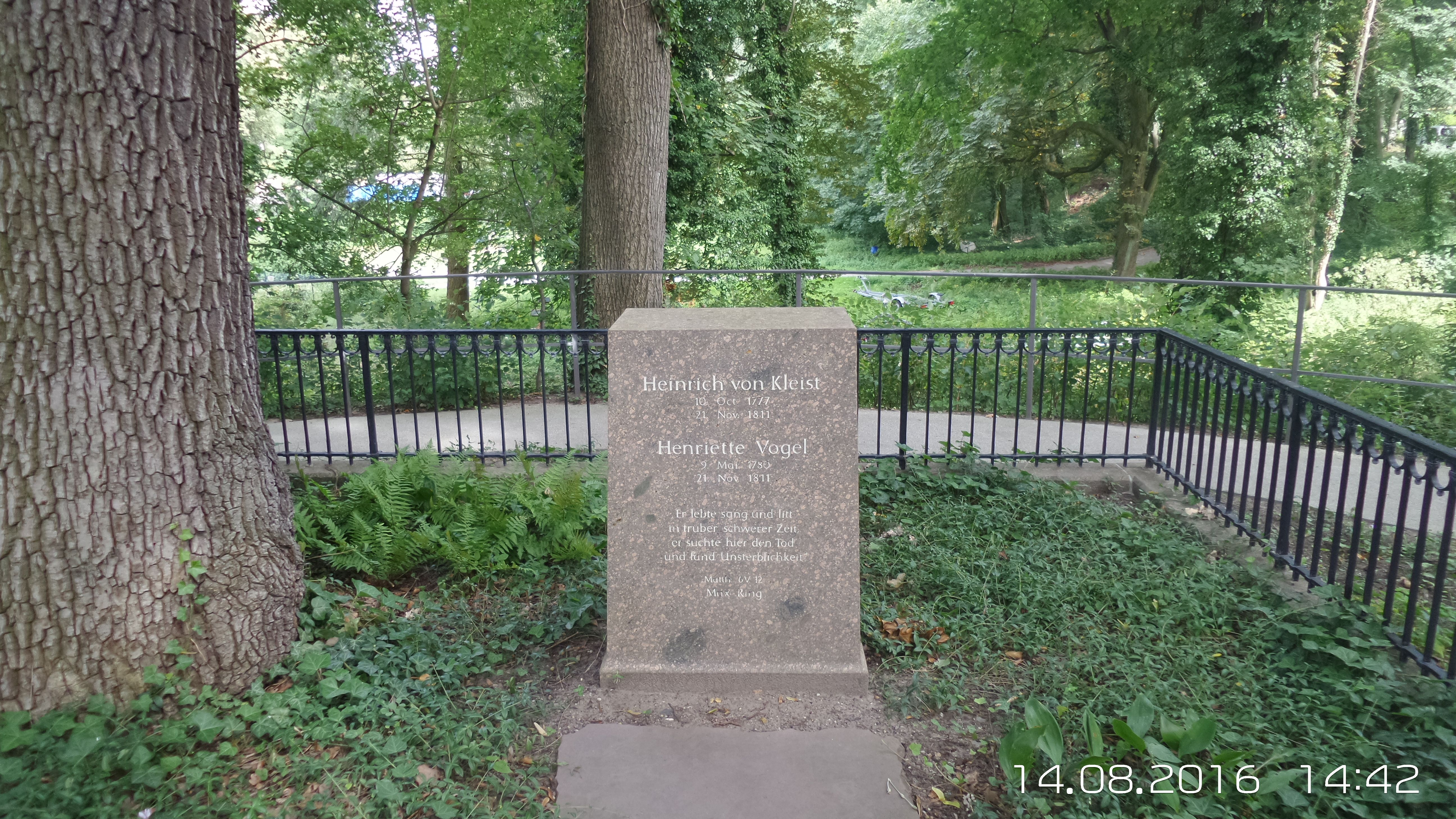 Kleistgrab am Kleinen Wannsee Zwischen der Bismarckstraße und dem Kleinen Wannsee im Südwesten Berlins liegt das Grab von Heinrich von Kleist und Henriette Vogel. Kleist und seine Freundin beendeten an dieser Stelle im November 1811 ihr Leben.