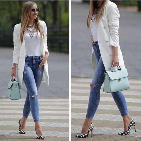 2019 Sokak Modasinin En Sik Kiyafet Kombinleri Mavi Yuksel Bel Kot Pantolon Beyaz Bluz Beyaz Uzun Ceket Siyah Ekose Desenli Stiletto Ayakkabi Moda Moda Trendleri Siyah Ekose