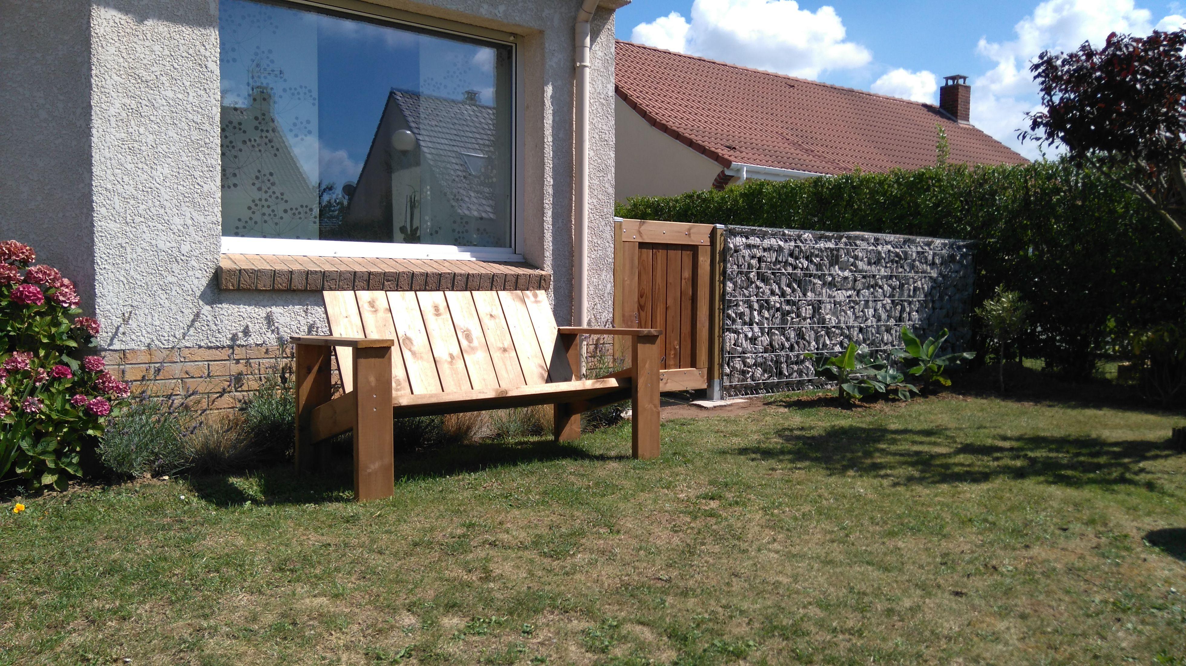 Vue d\'ensemble banc en bois, portillon en bois, clôture de jardin ...