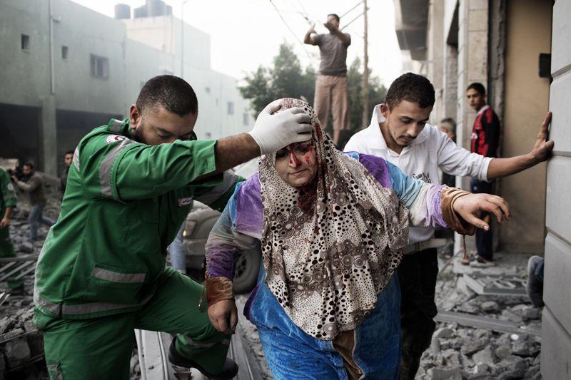 una donna palestinese ferita dopo un raid israeliano su Gaza, il 19 novembre - Marco Longari (Afp)