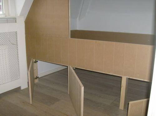 Kleding kast en onder het bed 3 opbergbakken bedstede schuin dak picture home deco pinterest - Kantoor onder het dak ...
