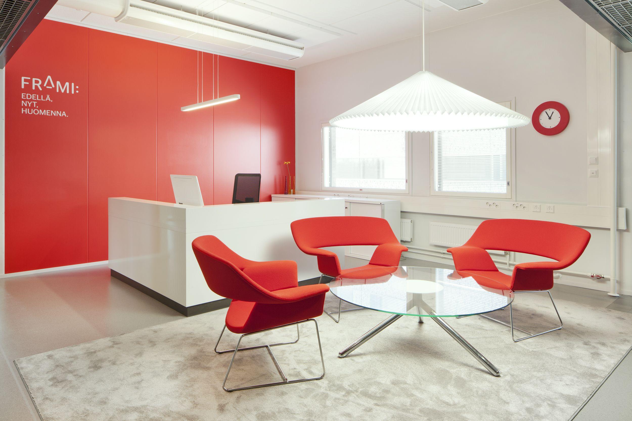 Satine matto sopii yhtä hyvin toimistoon kuin kotiinkin. Satine rug is suitable into offices as well as home.