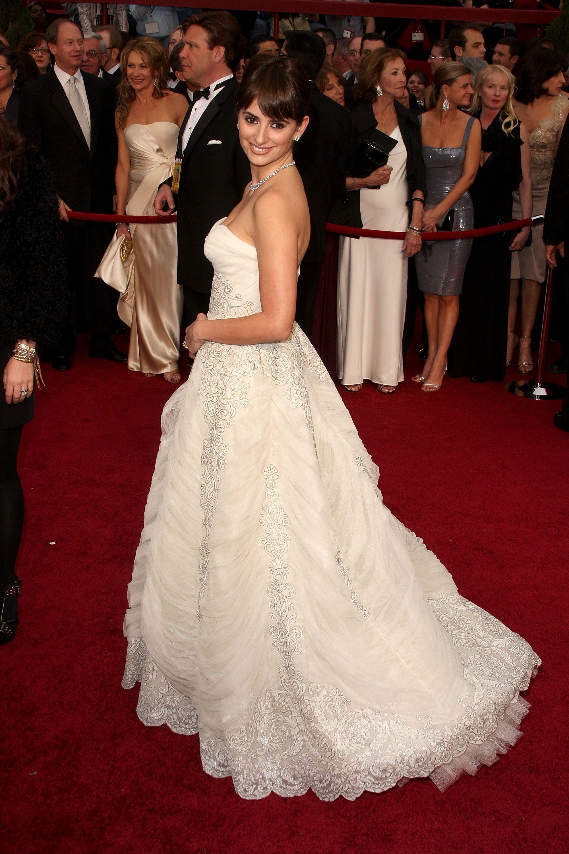 Penelope Cruz con un Pierre-Balmain vintage en los Oscars 2009 ... 6c7133115b0