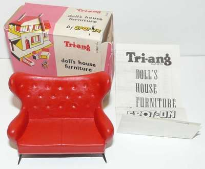 TRI ANG Spot On 1/16 Doll House Furniture Puppenmöbel WING SETTEE RED