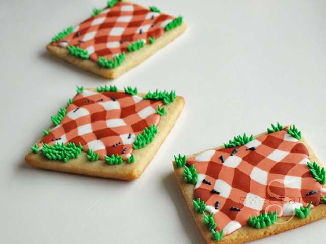 I made some picnic theme cookies to go along with these charcoal grills. I'll show you how to pipe a gingham pattern using royal icing in this tutorial.For products used in this and other tutorials, visit the recommended products page.Start out by dr