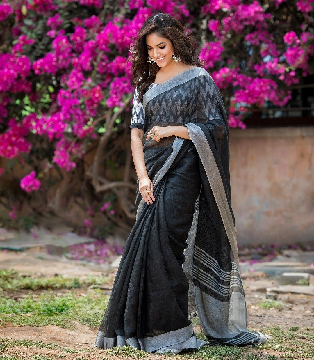 4f49b500e4864 Ritu varma wore this beautiful linen saree with ikkat blouse. Oufit   Asmitha   Madhulatha