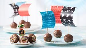Piratenschiffchen aus Cake Pops | Auf zur Piratenparty: Mit diesem Rezept für Piratenschiffchen aus Cake Pops bringen wir kleine und große Piraten zum Strahlen.