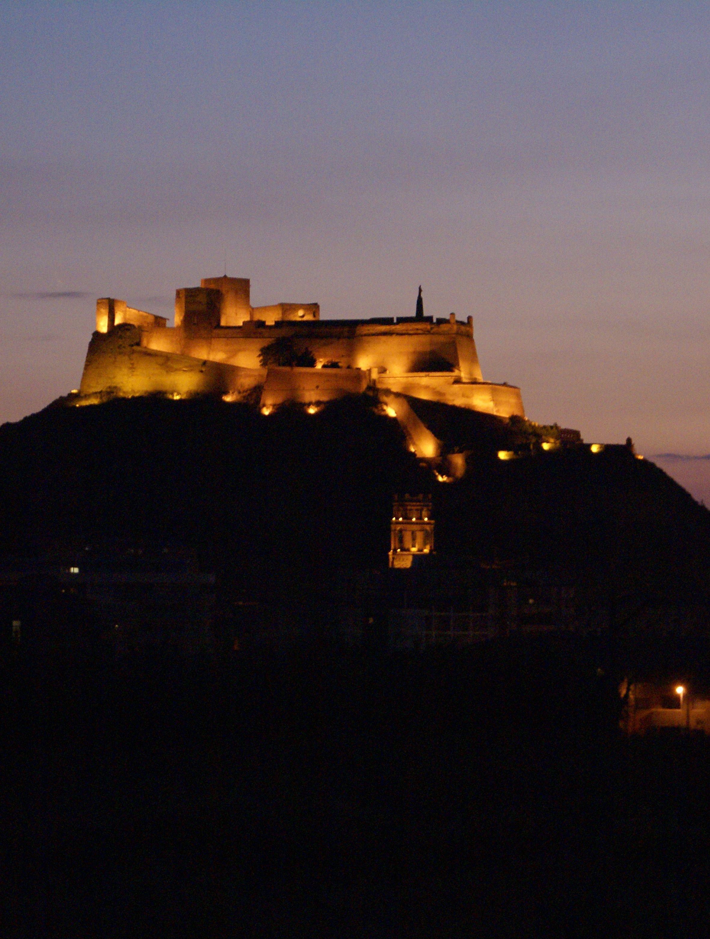 CASTLES OF SPAIN - Castillo de Monzón (Huesca). De origen árabe (Siglo X) pasa a manos   cristianas en 1089 al ser conquistada la población por Sancho Ramírez. En 1143 el castillo es cedido   a la orden del Temple y es completado con la adición de murallas, torres, caballerizas, refectorio y   dormitorios. El rey Jaime I residió durante su niñez en la fortaleza protegido por los templarios. Tras   ser sitiado en 1309 por Jaime II, pasó a ser de los Hospitalarios.