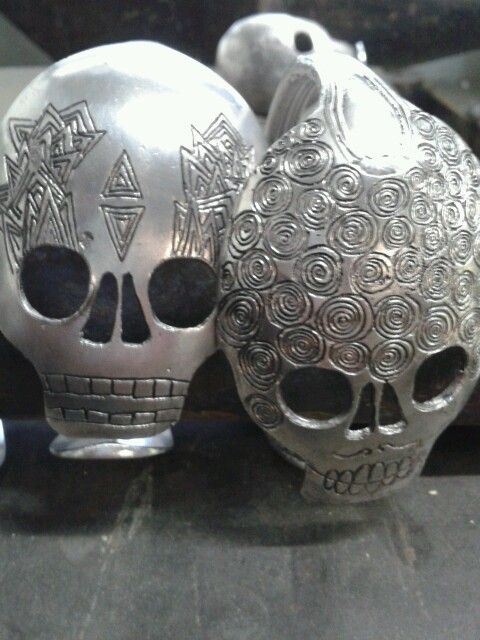 bracelets crânes réalisés á partir de cuillères anciennes. Gravées et argentées