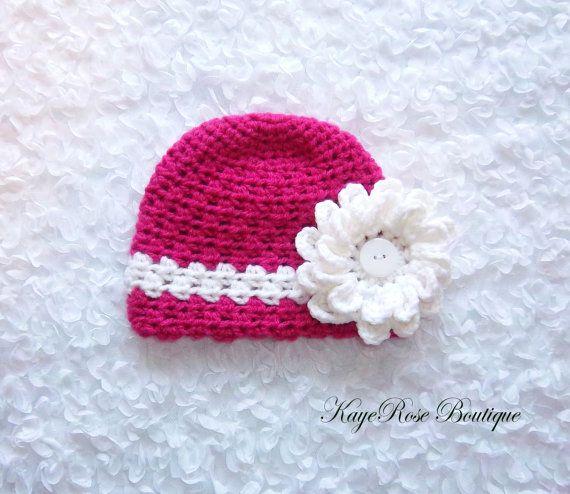 Il neonato a 3 mesi baby cappello fiore era alluncinetto con il filo rosa e bianco. La circonferenza del cappello misura circa 12- 14. Il fiore bianco sul cappello è rimovibile.  Per misurazioni di cappello vanno a: http://www.bevscountrycottage.com/size-chart.html  Questo elemento è fatto e pronto per essere spedito