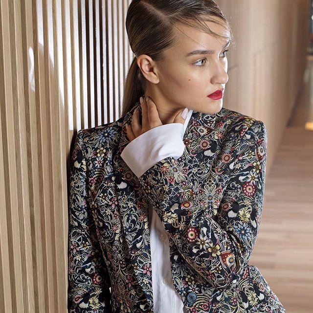 Rönsyilevä puutarhakuvio saa tavallisen housupuvun näyttämään hurmaavalta.   via ELLE FINLAND MAGAZINE OFFICIAL INSTAGRAM - Fashion Campaigns  Haute Couture  Advertising  Editorial Photography  Magazine Cover Designs  Supermodels  Runway Models