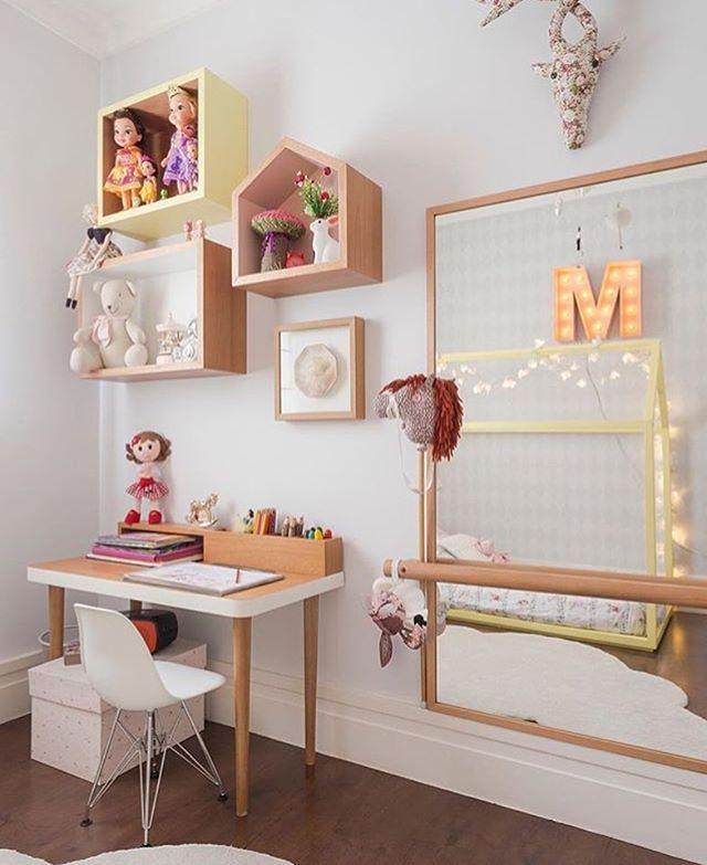 f3e903e69 Quarto menina l Destaque para o espelho com barra e composição de nichos.  Projeto