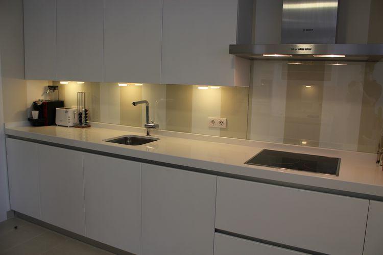 Dise o de cocinas dise o de cocinas en pinto lacada - Cocina blanca encimera blanca ...