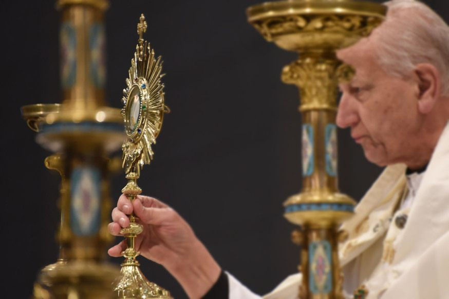 WEB-ADORATION-PRIEST-EUCHARIST-DSC_7641-Marko Vombergar-ALETEIA