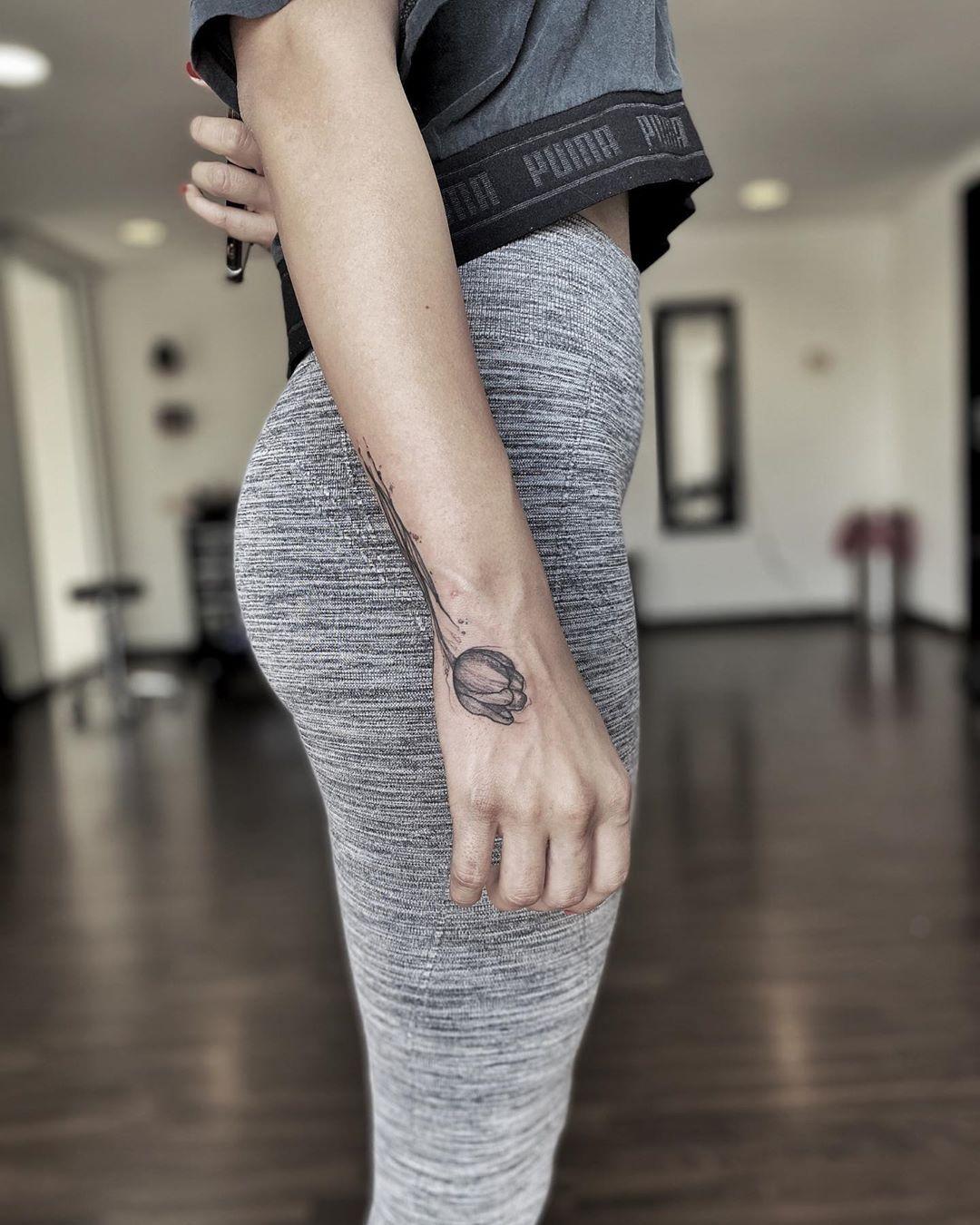 Tulip 🌷  No morir siempre infinitos!🦠 . . . #tattoo #tattooart #tattooartist #soulflower #tuliptattoo #blackink #sketchtattoo #reinanegratattoo #charleyjtattoos #amazingtattoos #tattoogram #tattooink #tattoomagazine #tattoomag #inkmag #inkmagazine #inked #instagram #inking #inked #tatuadoramexicana #tatuadora #tatuadoramexicana