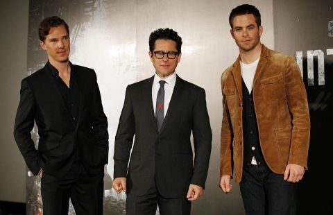 Abrams flanked by his stars Cumberbatch and Pine at Tokyo Star Trek presentation (Galaxie Mag)