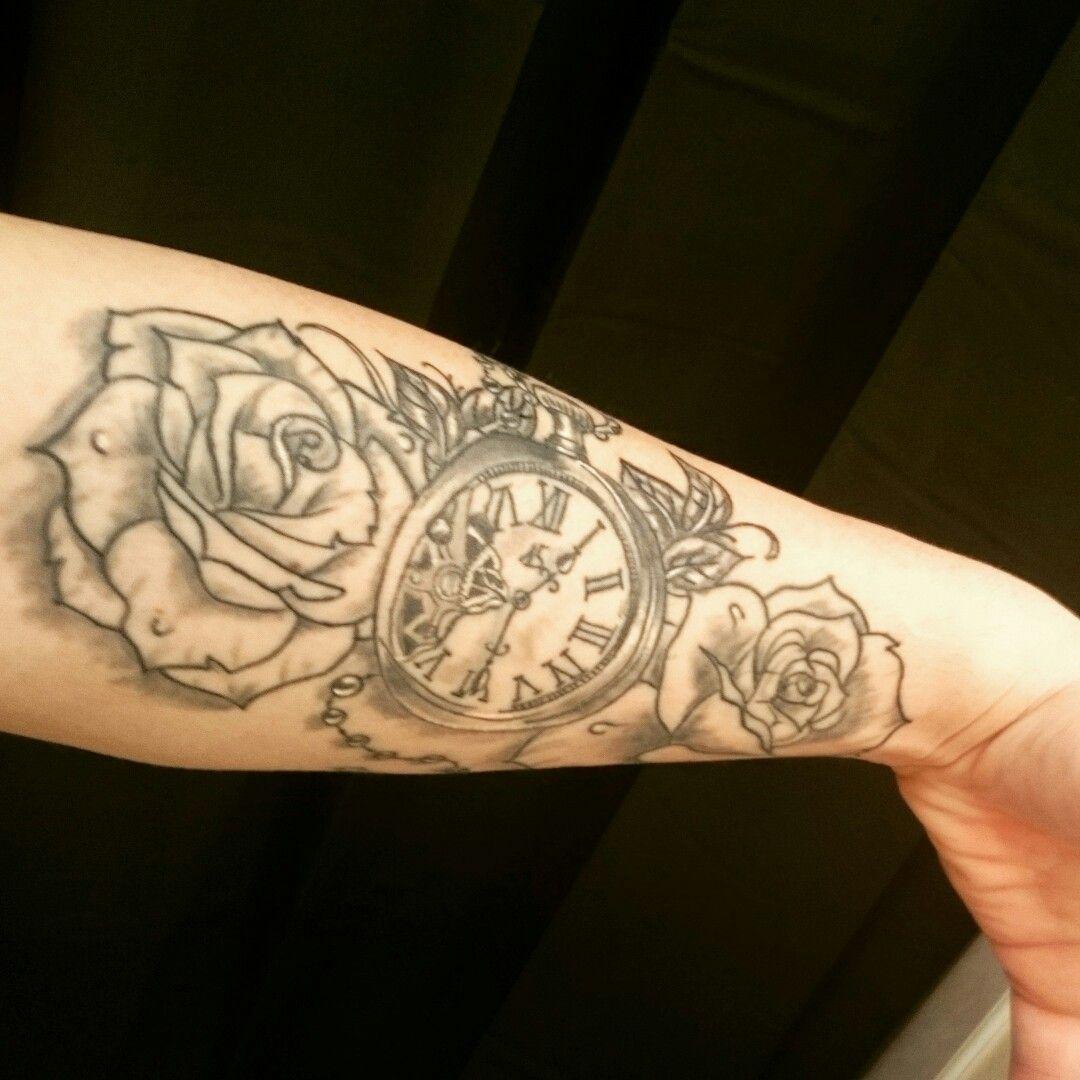 tatouage montre avec des roses représentant la famille