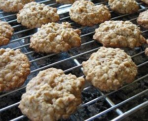 Zoek je een gezond havermoutkoekjes recept om van te watertanden? Probeer dit recept en maak zelf eenvoudig overheerlijke havermoutkoekjes in je eigen oven.