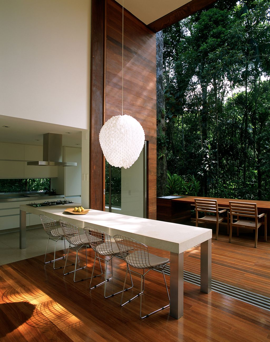 AC Iporanga / Studio Arthur Casas @studioarthurcas #gourmet #kitchen #dining #patio #yard #green