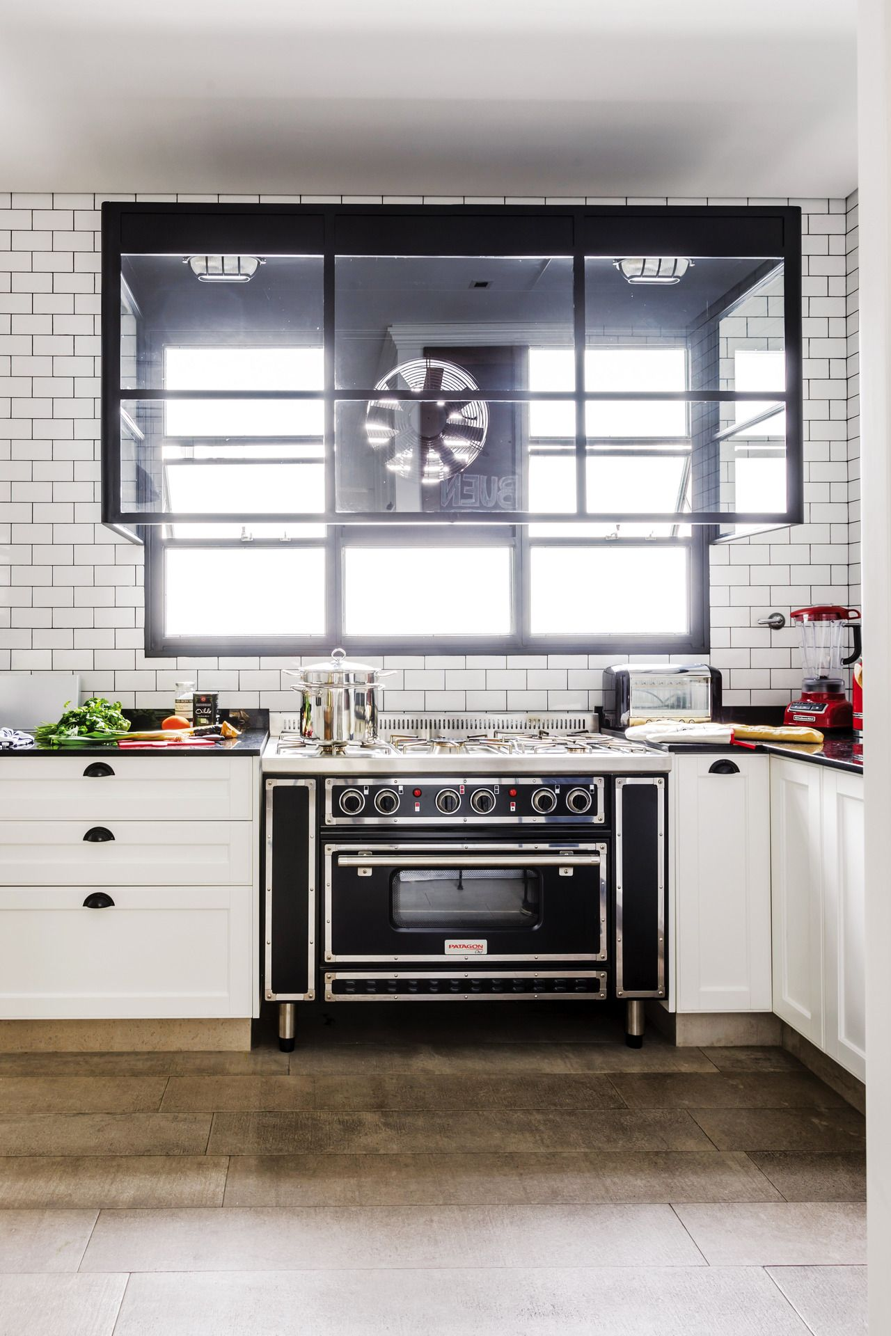 Una cocina con subway tiles y carpinter a de hierro