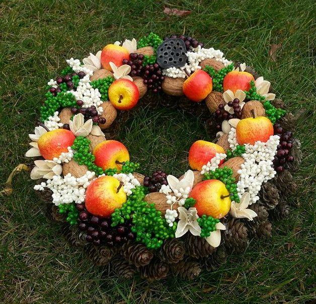 Jesienny wianek z jabłkami - średnica wianka: 25 cm - przeznaczenie: do położenia, powieszenia na drzwiach, ale nie w oknie (wianek jednostronny) - użyte materiały: szyszki, orzechy, susz...