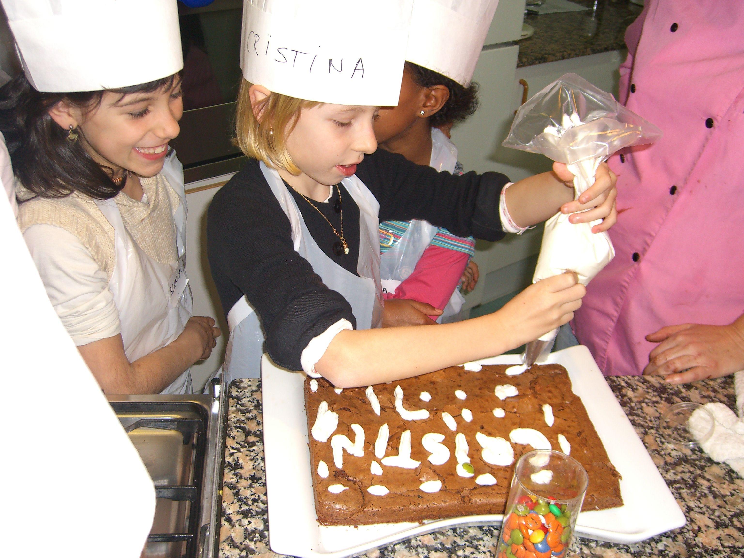 http://www.petitexplorador.com/activitats/taller-de-cuina-per-a-nens/  Taller de cocina para fiestas de cumpleaños