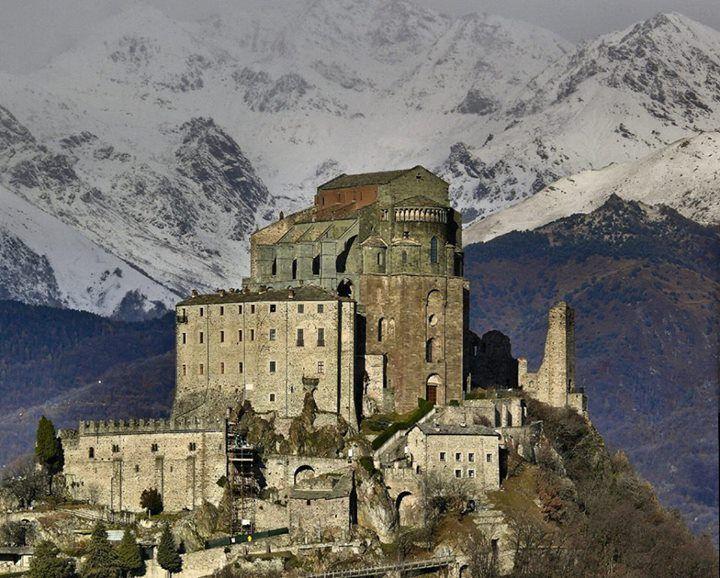 La poderosa e magnifica Sacra di San Michele, abbazia fondata nel 987 a Sant'Ambrogio di Torino in provincia di Torino. Photo taken from Borghi medievali italiani, in Fb
