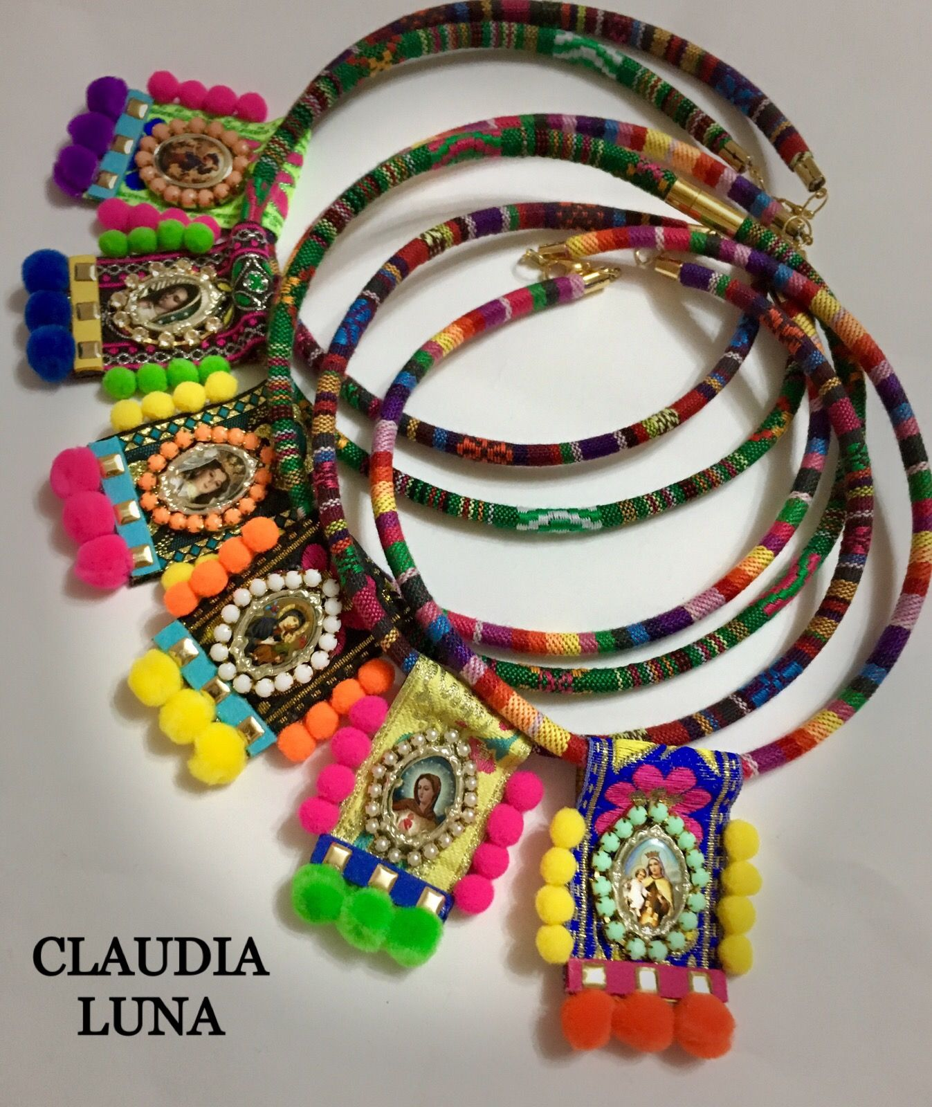 ab9cb8b282d3 Cordón etnico con escapulario y pompones hecho a mano. Artesanía mexicana .  Síguenos en Instagram  claudialuna handcrafted