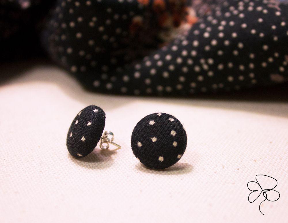 Orecchini in stoffa, bianco e nero, micro-pois. Earrings, fabric, pois.