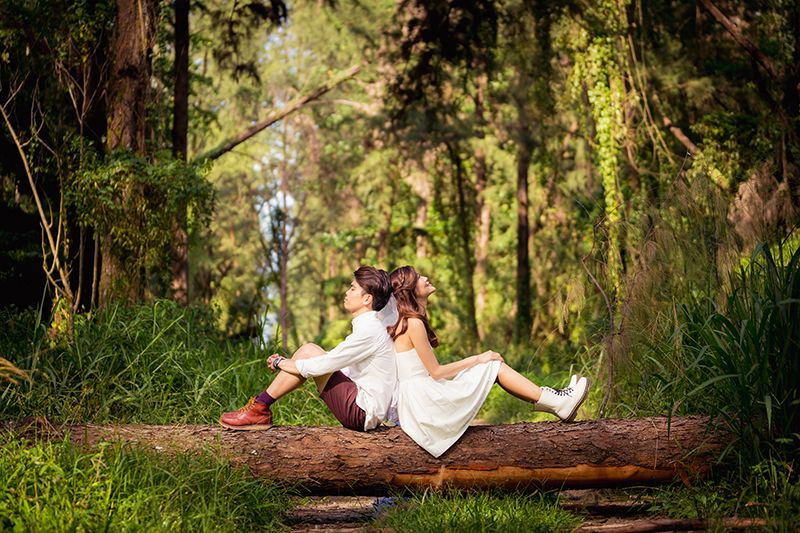 17 Couple Poses You Should Try For A Natural Prewedding Photoshoot Wedding Photoshoot Wedding Photoshoot Forest Prewedding Photography