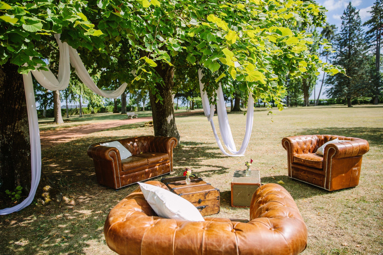 Malle Comme Table Basse coin lounge avec canapé et fauteuils chesterfield, une