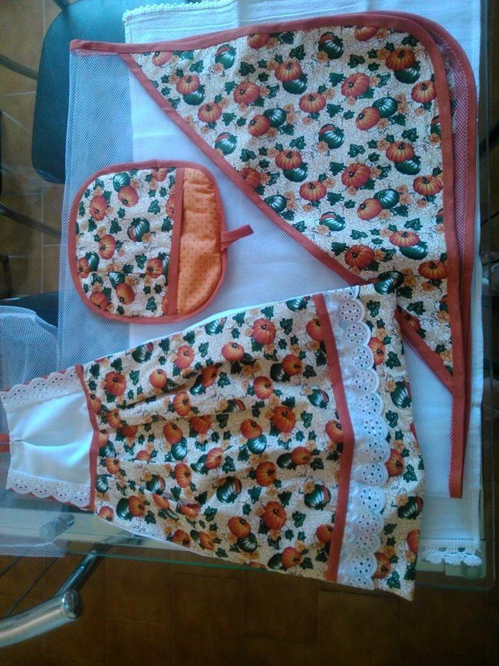 kit cozinha, com um cobre tudo, aparador de panela e puxa saco...feitos em filó  e tricoline