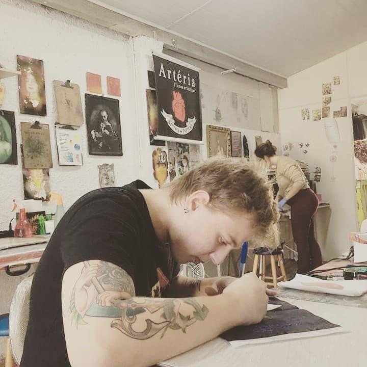 Aulas aconteceram antes do isolamento social. Enzo nos exercícios prepatórios para primeira tela + manutenção de máquinas. VEM você também fazer CURSO DE TATUAGEM com a gente! Informações in box, ou Whatsapp (51) 98448-9555. #arteriatattoostudio #cursotatuagem #cursotattoo #workshoptattoo #dicasportoalegre #poacult #modificacaocorporal #portoalegre #tattoo #tatuagem