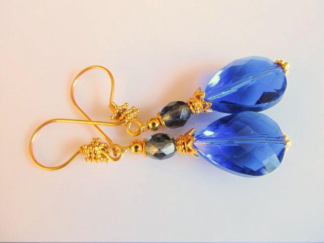 Oorbellen Golden Blue Glass mooie kristalglas facet druppels in mooie tint blauw met donkergrijs tsjechisch glaskraaltje. geheel goud op zilver. www.doloressieraden.nl