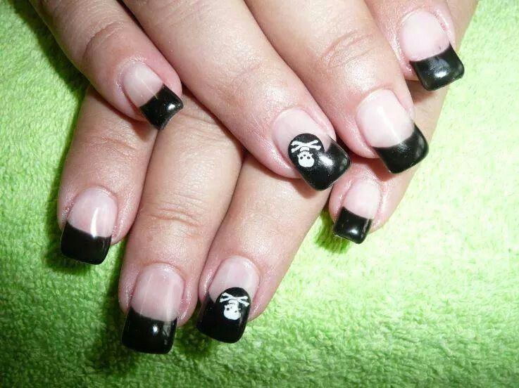 Black tips with Jolly Roger / pirate