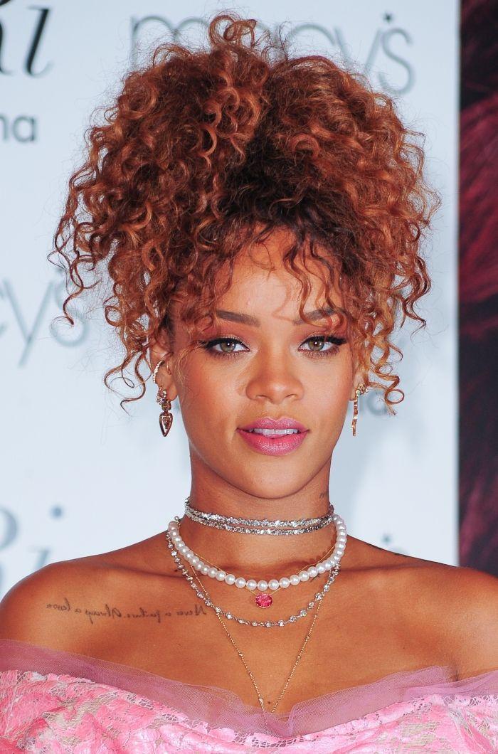 Rihanna et sa coiffure Pineapple bouclée