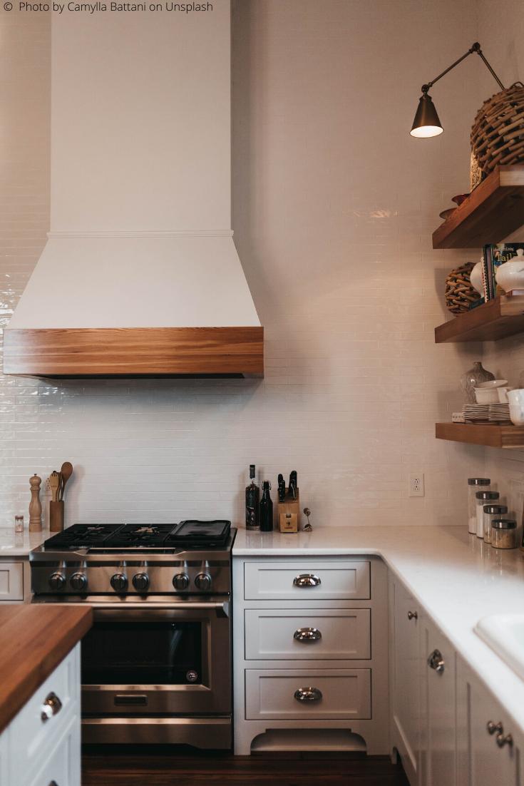 Combien Coute Un Plan De Travail une cuisine aménagée dans des tons noirs blancs et bois