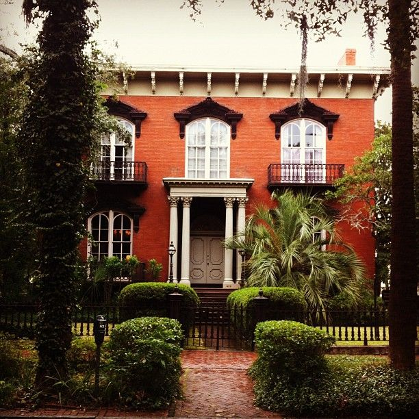 Christian Siriano Shared This Photo Of The Mercer House On Instagram Today So Pretty Photo By Csiriano Savannah Chat Old Southern Homes Visit Savannah