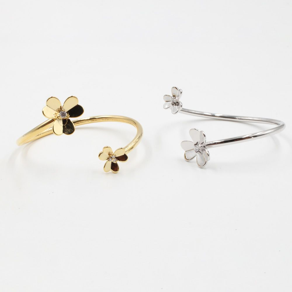 اسواره فان كليف ورده بانقل متوفر بلونين فضي وذهبي قابله للشد والتحكم بالقياس صنعت في كوريا Stud Earrings Jewels Earrings