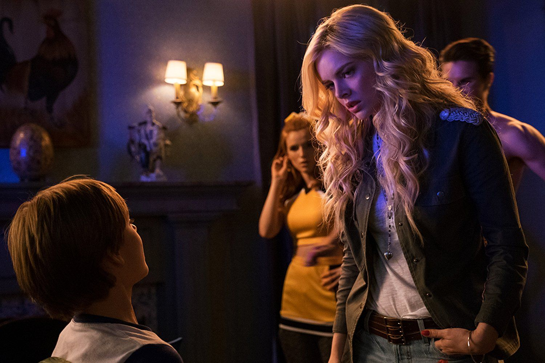 Filme Hades within the babysitter - trailer, starring bella thorne, robbie amell