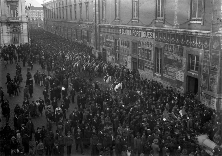 Desfile do CEP antes do embarque para França na Rua do Arsenal, em Lisboa Joshua Benoliel/Arquivo Municipal de Lisboa