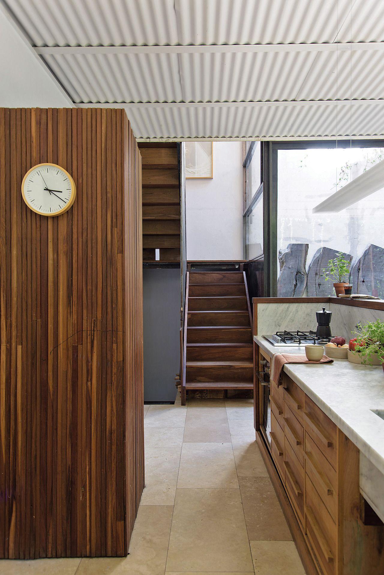 Una casa decorada con hierro y madera | Estructura de madera, En ...