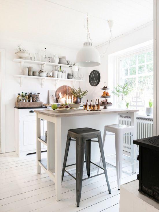 Zdjecie Biala Kuchnia W Stylu Skandynawskim Z Kuchenna Wyspa W Swiatecznej Oprawie Home Kitchens Modern Kitchen Kitchen Inspirations