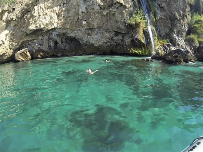 La plage de Maro à Nerja sur la Costa del Sol   Andalousie