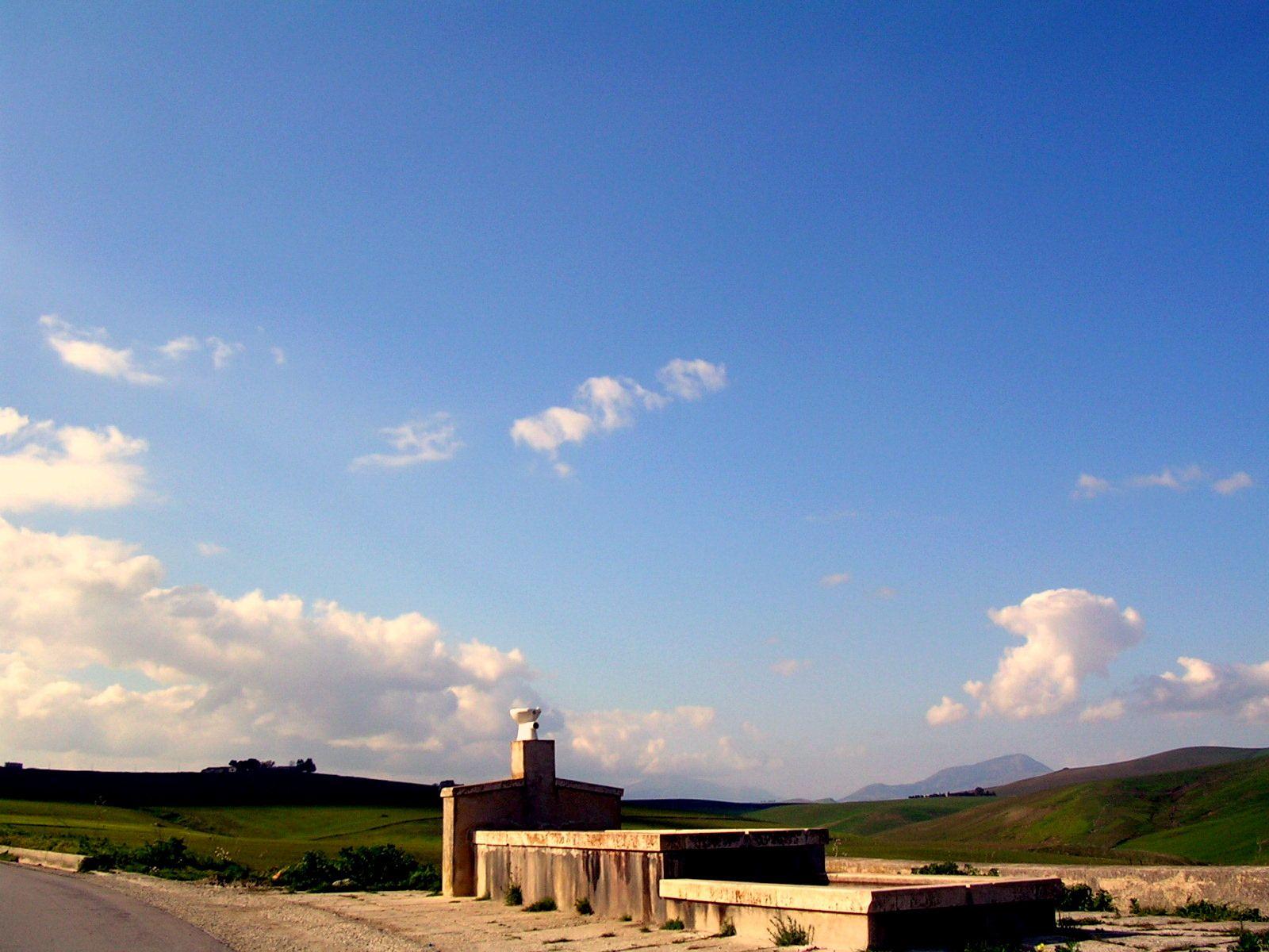 something strange in the middle of nowhere in Sicily http://reisetipps.siracasa.de