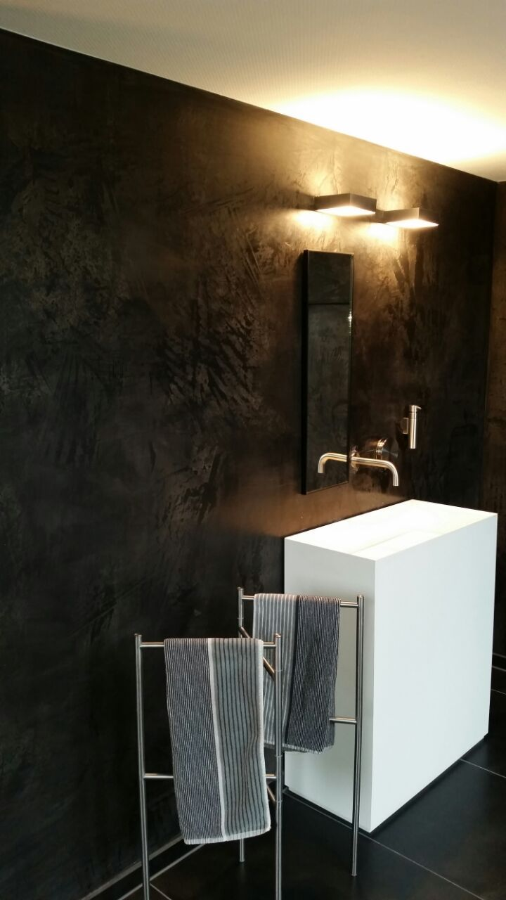 Edler mineralischer oberflächenputz im badezimmer diffusionsoffen natürlich pflegeleicht die schwarze wand steht