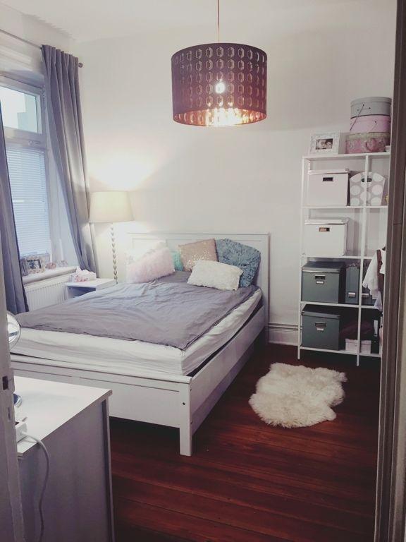 Superschön eingerichtetes WGZimmer mit Bett, Schreibtisch
